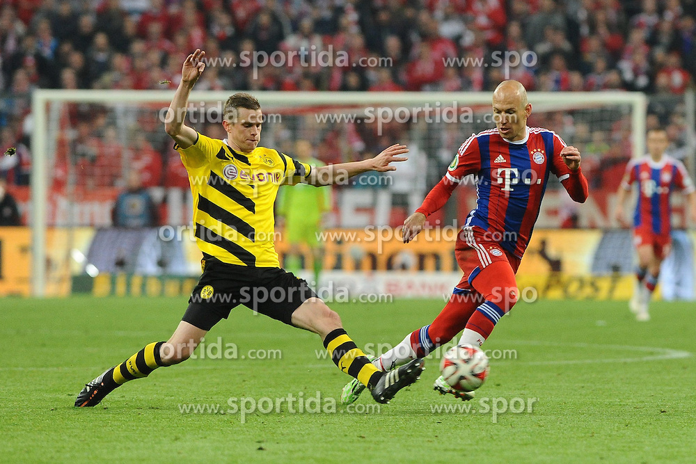 28.04.2015, Allianz Arena, Muenchen, GER, DFB Pokal, FC Bayern Muenchen vs Borussia Dortmund, Halbfinale, im Bild Sven Bender (Borussia Dortmund #6) klaert vor Arjen Robben (FC Bayern Muenchen) // during German DFB Pokal semifinal match between FC Bayern Munich and Borussia Dortmund at the Allianz Arena in Muenchen, Germany on 2015/04/28. EXPA Pictures &copy; 2015, PhotoCredit: EXPA/ Eibner-Pressefoto/ Stuetzle<br /> <br /> *****ATTENTION - OUT of GER*****