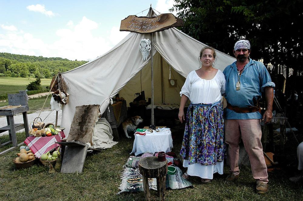 Dans le sud du Misssouri, le Festival de Baker Creek réunit les fermiers bio du Midwest trois fois par an et prône l'authenticité de l'agriculture biologique. Couple de trappeurs des temps modernes.