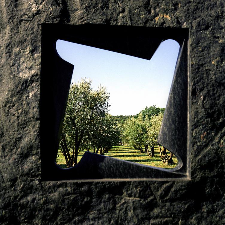 Sculpture sur fond d'oliveraie au Chateau Sainte Roseline, Les Arcs-sur-Argens, France