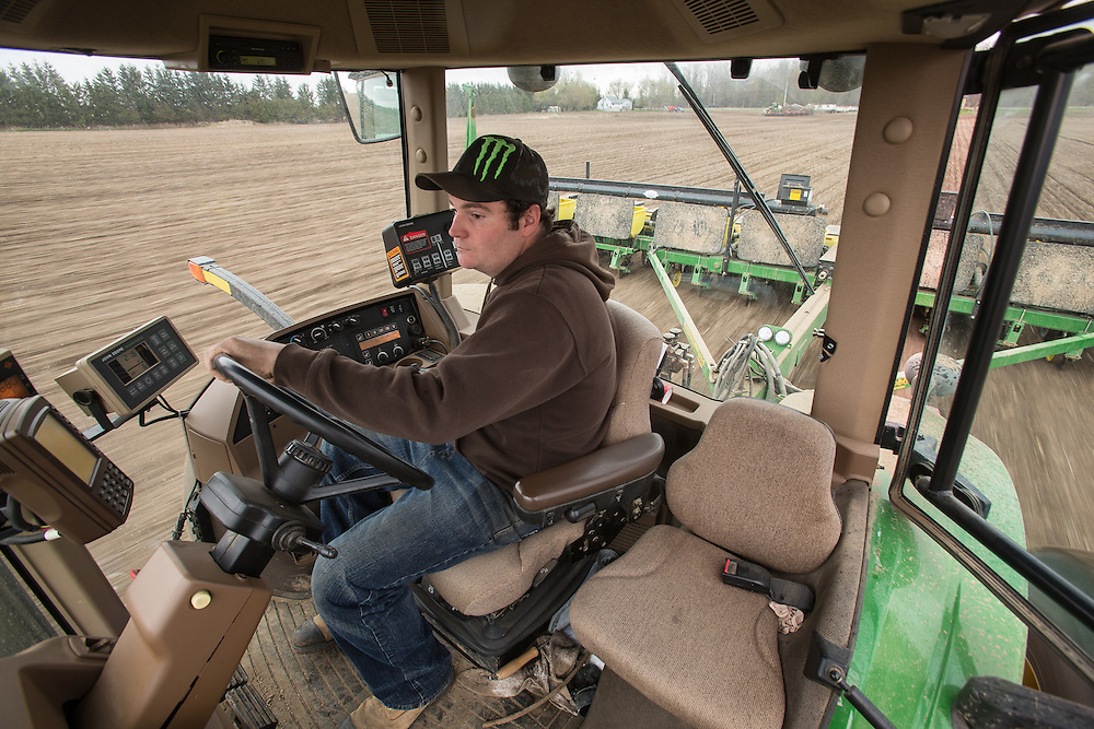 Luke McClary plants corn in his field near Arva Ontario, Tuesday,  May 5, 2015.<br /> Farmers Forum/ Geoff Robins