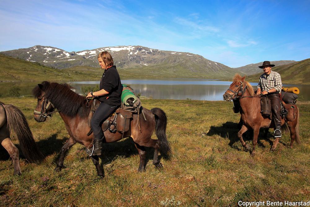 Dyrhaug ridesenter, Ramsjøhytta. Ole Ingebrigt Dyrhaug og datteren Synne (13) på hennes egen hest, Rafn.  Foto: Bente Haarstad Flere firma satser på hesteturisme fjellet i Tydal, og i bygda Stugudal er det flere islandshester enn fastboende. There are many possibilities for riding in the mountains in Tydal in Mid-Norway. Dyrhaug Ridesenter ved Ramsjøhytta (DNT) i Sylene.