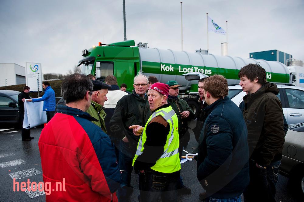 Nederland, groenlo 18jan2011 einde van de blokkade bij slachterij vion in groenlo. boze twentsche varkenshouders blokkeren de poort van slachterij VION in Groenlo om een betere prijs voor varkensvlees af te dwingen. Actie georganiseerd door NVV, vakbond voor varkenshouders (afsplising van LTO) foto: Cees Elzenga/HH