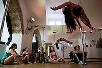 Roma 22/09/2011.Vertical Dolls la scuola di pole dance a Roma..La disciplina sportiva che coniuga danza e ginnastica conil vincolo del palo. La scuola è aperta a corsi differenti dal principiante al professionista,....ph. Stefano Meluni