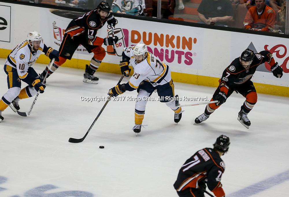 5月12日,阿纳海姆鸭队(Anaheim Ducks) 守门员在比赛中扑救。当日,在美国加利福尼亚州的阿纳海姆举行的2016-2017赛季國家冰球聯盟(NHL)西部决赛,阿纳海姆鸭队主场以3比2战胜纳什维尔捕食者队(Nashville Predators)。新华社发 (赵汉荣摄)