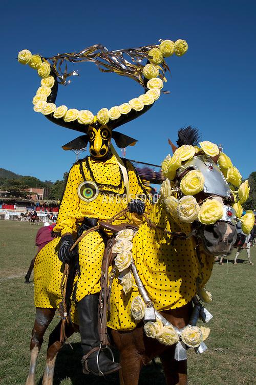 Os cavaleiros mascarados saem pela cidade durante a festa do Divino. // The masked horsemen go out the city during the feast of the Divino. Foto: Rene Cabrales/Argosfoto - Pirenopolis - GO, Brasil - 2015