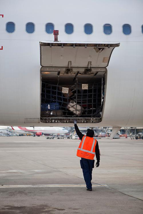 aéroport de paris orly - déchargement des bagages groupe WFS