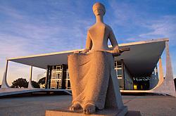 Brasilia, Distrito Federal, Brasil. Agosto/2004.Supremo Tribunal Federal. / Supreme Federal Tribunal, the highest court of law of the Federative Republic of Brazil, designed by Oscar Niemeyer..Foto © Marcos Issa/Argosfoto.