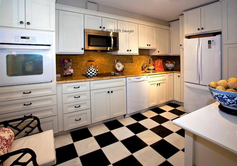 фото кухни с черно-белым полом
