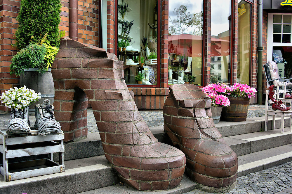 shoes artwork on kr peliner stra e in rostock germany encircle photos. Black Bedroom Furniture Sets. Home Design Ideas