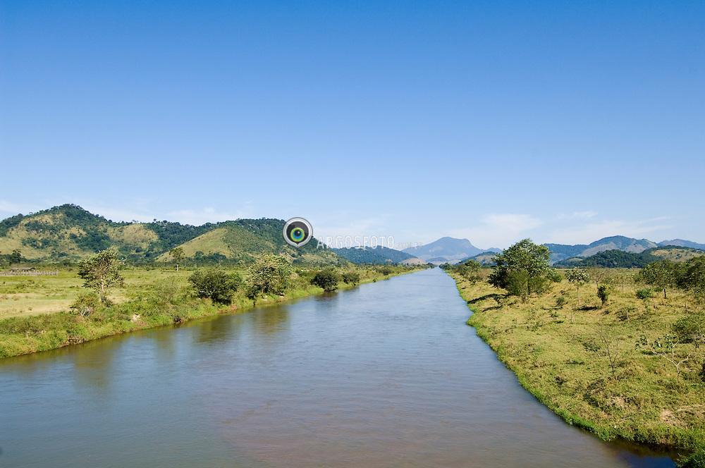 O rio Macae eh um rio brasileiro que banha o estado do Rio de Janeiro. Nasce na Serra de Macae proximo ao Pico do Tingua, na Area de Protecao Ambiental de Macae de Cima, em Nova Friburgo. Seu curso se desenvolve por cerca de 136 km, desaguando no Oceano Atlantico junto a cidade de Macae/ The Macae River is a brazilian river that begins in Macae Chain near to Tingua Peak, in the Environmental Protection Area of Macae de Cima, in the city of Nova Friburgo, Rio de Janeiro. It flows about 136 Km through Rio de Janeiro State and ends in Atlantic Ocean