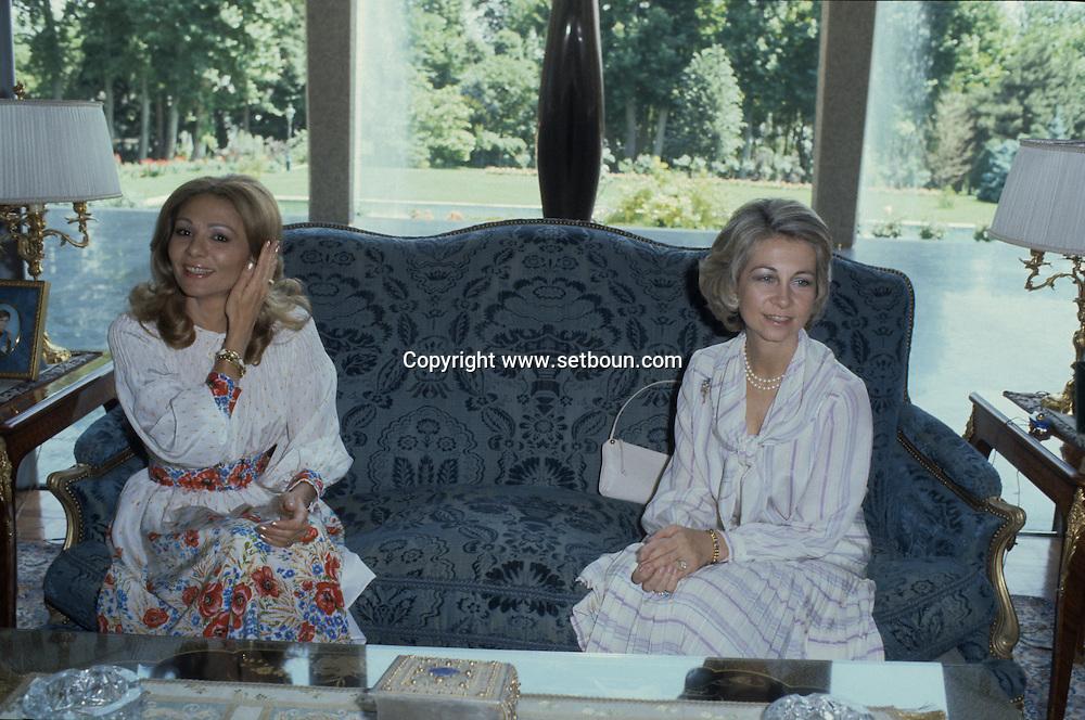 Iran - Juan Carlos king of spain.visit in Iran. with the shah mohamed reza palhavi . queen Sophie and Farah Diba.   Tehran - Iran    /  visite du roi d'Espagne Juan Carlos au Chah d'Iran Mohamed Reza Palhavi, Farah Dibah, la reine sophie .  Teheran - Iran   /  IRAN24295 2