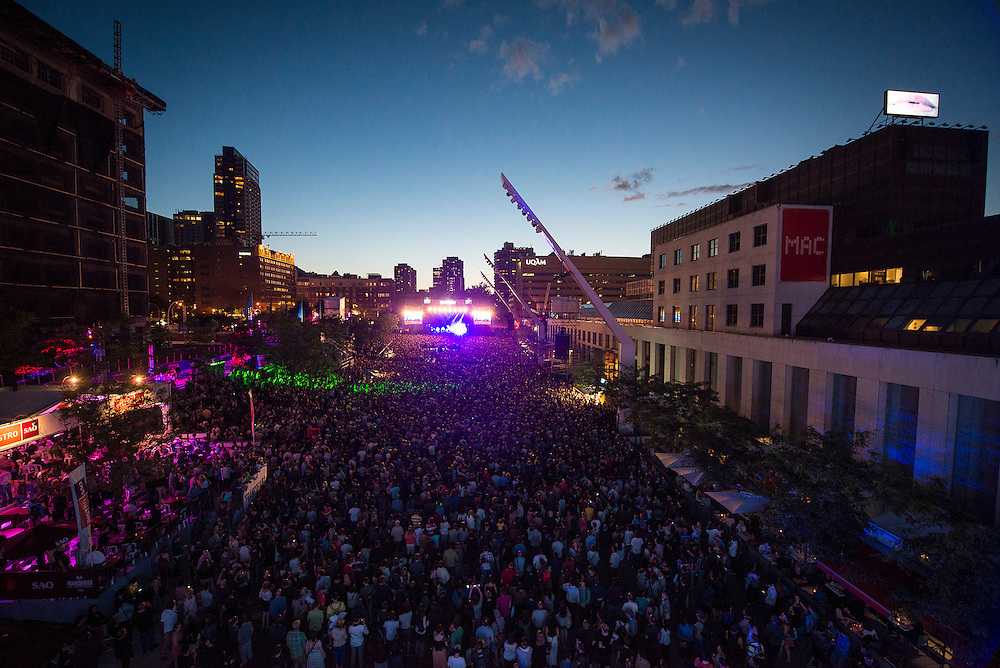 Depuis 1989, montréalais et touristes envahissent chaque année le site sécuritaire et festif des FrancoFolies une dizaine de jours durant, en plein coeur du centre-ville. Since 1989, Les FrancoFolies de Montréal has been the true reflection of a thriving French-speaking music world!