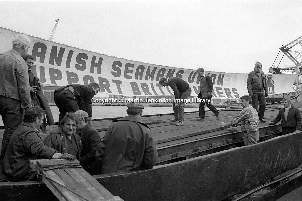 Hull dockers unloading food &amp; clothing from<br /> the Danish cargo ship Libra, chartered by the Danish Seamen&rsquo;s Union. The 200-tonne delivery was to be distributed to striking miners' families  The dockers unloaded the ship in just under four hours and gave their services free of charge. 13 October 1984