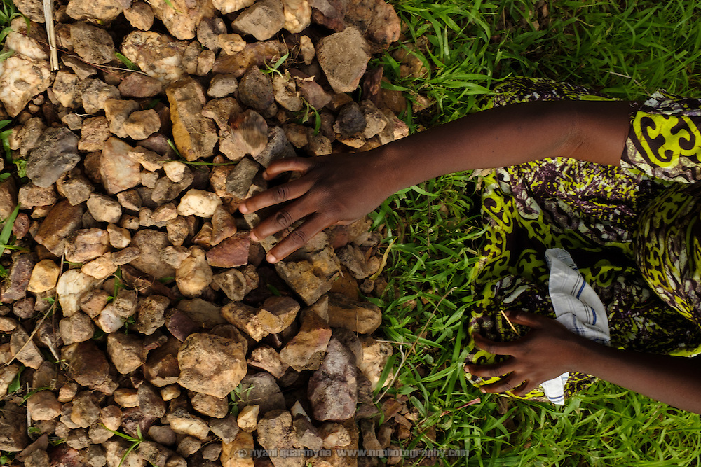 Women in the village of Kangpuo in the Upper West region of Ghana build low rock walls to channel the flow of rain water in their crop fields, so that it is not lost as run-off and does not cause erosion.