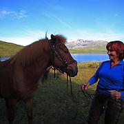 .Dyrhaug ridesenter, Ramsjøhytta. Kim Anderzon er kjent skuespiller hjemme i Sverige, bor i Stockholm hvor hun har ti islandshester selv, og deltok for 18 år på rad på ukestur med Dyrhaug. Opprinnelig fra Østersund. Foto: Bente Haarstad Flere firma satser på hesteturisme fjellet i Tydal, og i bygda Stugudal er det flere islandshester enn fastboende. There are many possibilities for riding in the mountains in Tydal in Mid-Norway. Dyrhaug Ridesenter. The swedish actor Kim Anderzon are among the guests. Dyrhaug Ridesenter,
