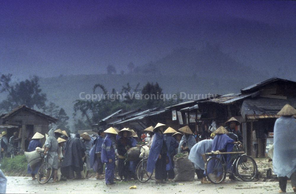 NINH HOA VILLAGE : MARKET DAY, MONSOON DAY. CENTER VIETNAM. // Jour de mousson. Marche dans un village du Centre du Vietnam