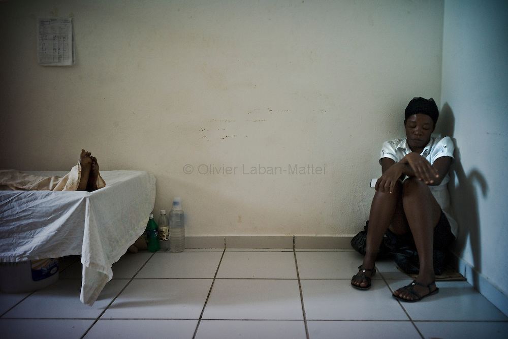 According to latest figures provided by the Haitian Ministry of Health, 1,250 people have already died from the epidemic of cholera./// A woman takes care of her mother affected by cholera, at the Saint-Marc's hospital.