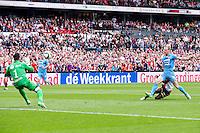 ROTTERDAM - Feyenoord - Willem II , Voetbal , Seizoen 2015/2016 , Eredivisie , Stadion de Kuip , 13-09-2015 , Speler van Feyenoord Eljero Elia scoort de 1-0 Willem II doelman Kostas Lamprou (l) en Willem II speler Frank van der Struijk (r) kunnen hem niet stoppen