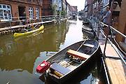 """Elbe floods in Hitzacker. Während des """"Jahrhunderthochwassers"""" erledigen die Einwohner der Elbestadt Hitzacker ihren Alltag mit Paddelbooten und Kanus. Trotz der Beschaulichkeit der Szene richtete das Elbehochwasser im August 2002 erheblichen Schaden in der Kleinstadt an."""