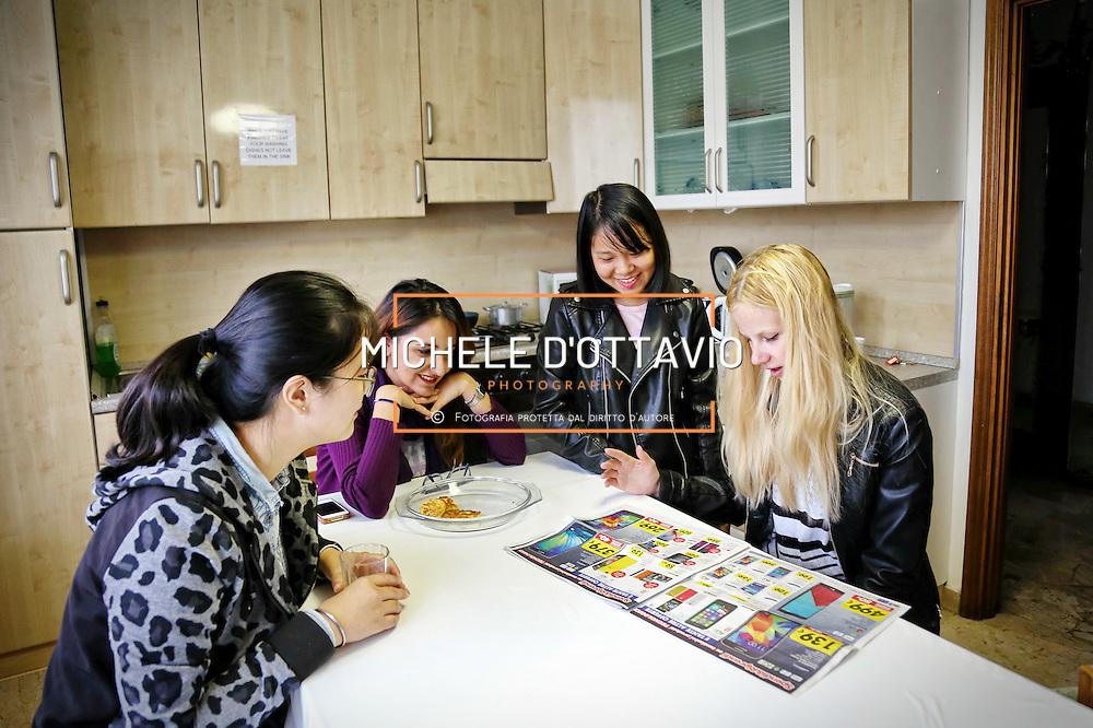 Studentesse straniere che condividono un appartamento del progetto ALLOGGIAMI a Mirafiori Sud, Torino.