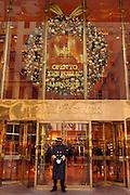 USA, Nordamerika,New York, New York City, Manhattan, 5th Avenue, Einkaufen, shopping, Schaufenster, Trump Tower, Weihnachtsdekoration, Portier,