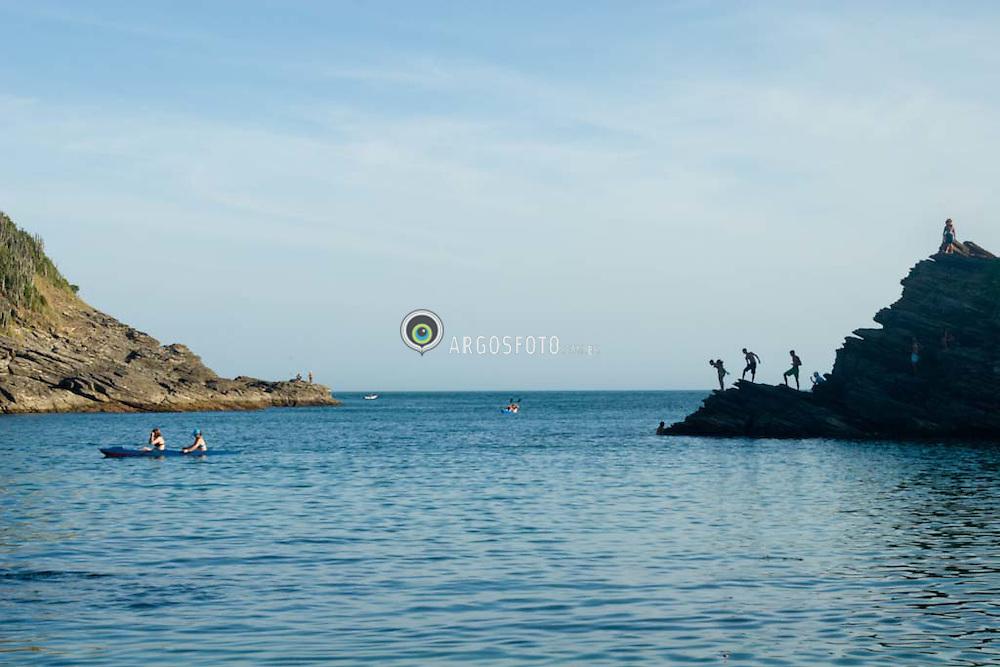 Turistas se divertem no litoral de Buzios./ Tourists enjoy themselves at the coast of Buzios.