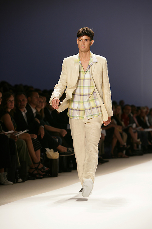 Perry Ellis<br /> Spring/Summer 2009 Collection<br /> New York Fashion Week Sept 2008