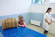 Bij de Universiteitskliniek voor Gezelschapsdieren (UKG) aan de Universiteit Utrecht kunnen eigenaren hun huisdier laten controleren op overgewicht. De speciale Dierendag Obesitaspoli is opgestart om eigenaren bewust te maken van de gezondheidsrisico's die overgewicht met zich meebrengt voor hun dier.<br /> <br /> At the University Clinic for Companion Animals of the Utrecht University pets can be checked for obesity at a special clinic at pet's day. With the clinic, the veterinarians want to attract attention to the risks animals with overweight are having.