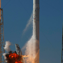 SpaceX's Falcon 9 rocket with the Dragon capsule lifts off from launch complex 40 at the Cape Canaveral Air Force station in Cape Canaveral, Florida December 8, 2010. REUTERS/Scott Audette   (UNITED STATES)