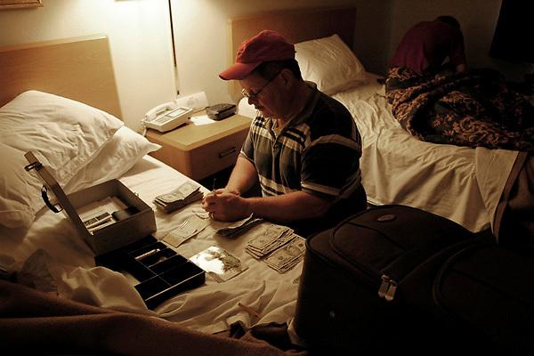 Le soir dans sa chambre d'hôtel, Dan Nelson compte les gains réalisés pendant le festival de Baker Creek, soit 250 dollars qui couvrent à peine les frais de déplacement et la location du stand.