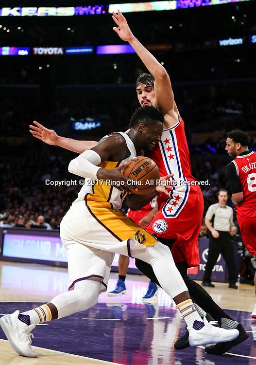 3月12日,费洛杉矶湖人队球员托马斯 - 罗宾逊(右)在比賽中上篮。 当日,在2016-2017赛季NBA常规赛中,洛杉矶湖人队主场以116比118不敌费城76人队。 新华社发 (赵汉荣摄)<br /> Los Angeles Lakers forward Julius Randle (#30) drives against Philadelphia 76ers forward Dario Saric (#9) during an NBA basketball game Tuesday, March 12, 2017, in Los Angeles. <br /> (Photo by Ringo Chiu/PHOTOFORMULA.com)<br /> <br /> Usage Notes: This content is intended for editorial use only. For other uses, additional clearances may be required.