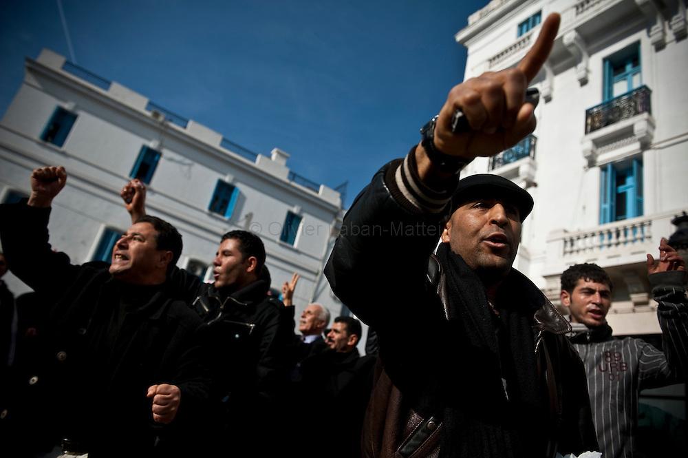 """Des opposants au régime de Ben Ali manifestent, le 17 janvier 2011 sur l'avenue Bourguiba à Tunis, pour protester contre la formation du nouveau gouvernement provisoire et réclamer """"le déracinement du système Ben Ali""""."""