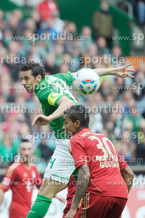 21.04.2012, Weserstadion, Bremen, GER, 1. FBL, SV Werder Bremen vs FC Bayern Muenchen, 32. Spieltag, im Bild Claudio PIZARRO ( Werder Bremen ) links, verpasst knapp den Ball. Rechts, Luiz GUSTAVO ( FC Bayern Muenchen ). // during the German Bundesliga Match, 32th Round between SV Werder Bremen and Fc Bayner Munich at the Weserstadium, Bremen, Germany on 2012/04/21. EXPA Pictures © 2012, PhotoCredit: EXPA/ Eibner/ Stefan Schmidbauer..***** ATTENTION - OUT OF GER *****
