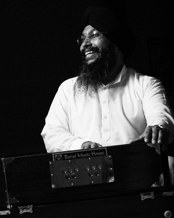 Ragi Rajveer Singh playing harmonium.