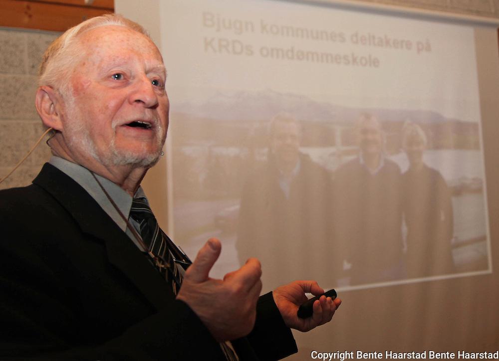 Ordfører Arnfinn Astad (Ap) i Bjugn, sa at folket i Bjugn neppe hadde klart seg etter Bjugn-saken hvis de ikke fått to store prosjekter å samles om: ny, flott videregående skole med kulturhus og Bjugnhallen.