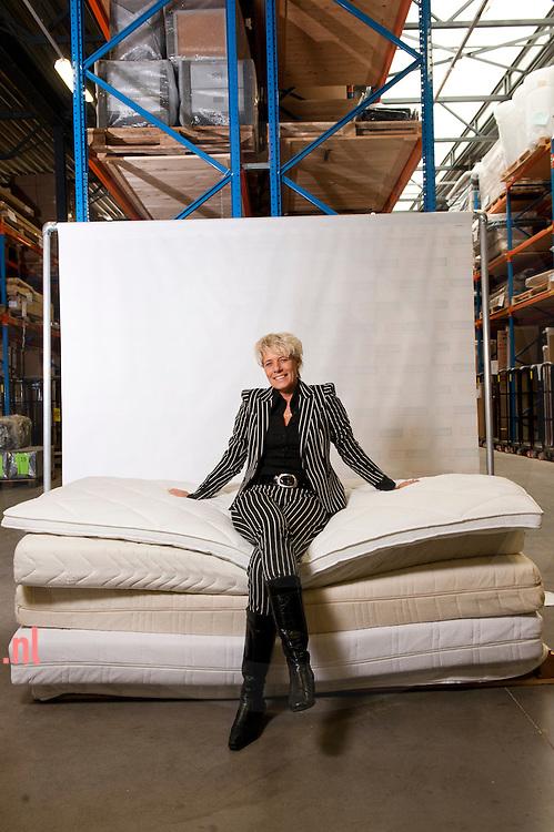 nederland, zwolle, 09nov2012 Commercieel directeur Anneke Sluiter van Totaalbed uit zwolle is tevens vrijwilligster voor de stichting present. Toataalbed zamelt goede matrassen in om weer uit te delen.