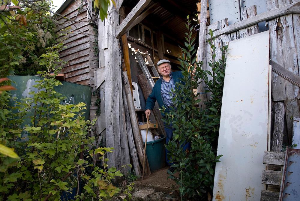En milieu rural, les personnes âgées qui cultivent leur jardin vendent leur très petite production sur des marchés locaux. Poitou-Charentes automne 2010.
