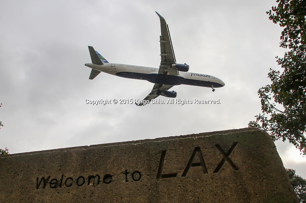 12月22日,在美国洛杉矶国际机场,一架客机准备降落。根据南加州汽车俱乐部(Automobile Club of Southern California) 发表最新报告,在圣诞新年假期期间(12月23日至1月3日),全加州将创纪录有1230万民众出游50英里以上的目的地,其中南加州将佔760万民众。洛杉矶国际机场官员同时表示,他们亦预计有创纪录350万人次在假日期间使用机场往返国内国外,比去年同期增加7.9%,将使洛杉矶国际机场成为全美最繁忙的机场。新华社发 (赵汉荣摄)<br /> A passenger aircraft prepares to land at Los Angeles International Airport on Tuesday, December 22, 2015 in Los Angeles, the United States. A record 12.3 million California residents -- 7.6 million of them from Southern California -- will travel 50 miles or more between Dec. 23 and Jan. 3, the Automobile Club of Southern California said. Los Angeles International Airport officials, meanwhile, said they expect a record 3.5 million passengers to pass through the airport during the holiday travel season, up 7.9 percent from last year. That would make LAX the nation's busiest over the holidays, officials said. (Xinhua/Zhao Hanrong)(Photo by Ringo Chiu/PHOTOFORMULA.com)<br /> <br /> Usage Notes: This content is intended for editorial use only. For other uses, additional clearances may be required.