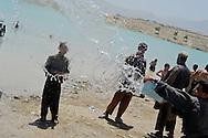 Lavando un coche en el lago de Qargha, a las afueras de Kabul. 2012.