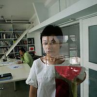 BEIJING, JUNE-13 : Tong Wu,  Frau und Macherin von China's Stararchitekten Zhu Pei im Zhupei Studio ( ihr Mann sitzt im Hintergrund ).