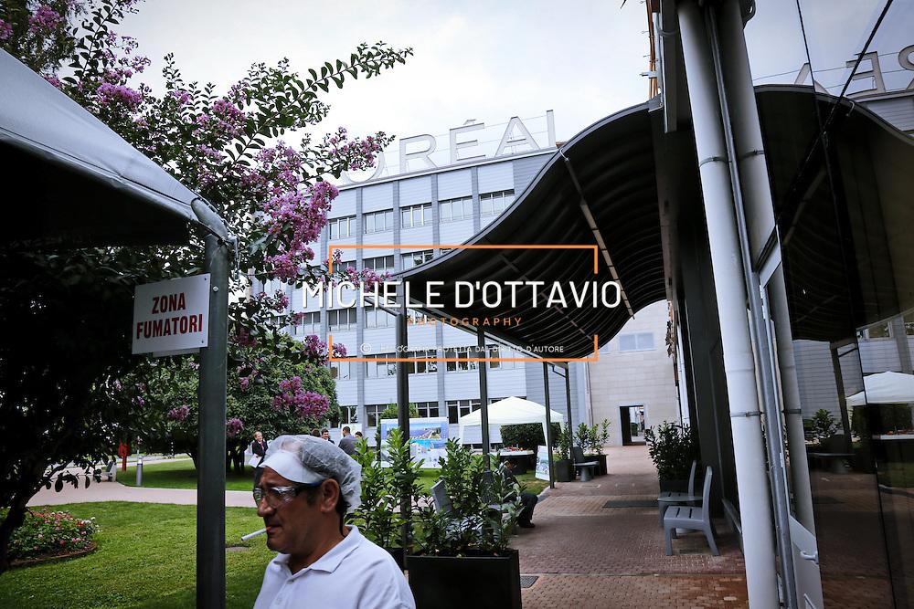 area esterna riservata ai fumatori dello stabilimento di Settimo Torinese de L'Oréal, che occupa 400 dipendenti e fattura 1,1 miliardi , ed entro giugno 2015 sarà a «emissioni zero»