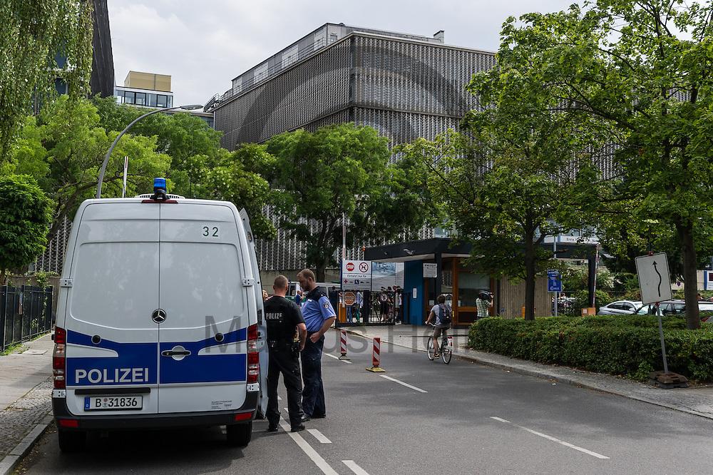 Polizisten stehen nach einer Schie&szlig;erei am KH Benjamin Franklin am 26.07.2016 auf dem Gel&auml;nde des Berliner Benjamin-Franklin-Krankenhauses in Berlin, Deutschland. Wie die Polizei mitteilt, schoss ein Patient auf einen Arzt. Danach t&ouml;tete sich der Sch&uuml;tze offenbar selbst. Foto: Markus Heine / heineimaging<br /> <br /> ------------------------------<br /> <br /> Ver&ouml;ffentlichung nur mit Fotografennennung, sowie gegen Honorar und Belegexemplar.<br /> <br /> Bankverbindung:<br /> IBAN: DE65660908000004437497<br /> BIC CODE: GENODE61BBB<br /> Badische Beamten Bank Karlsruhe<br /> <br /> USt-IdNr: DE291853306<br /> <br /> Please note:<br /> All rights reserved! Don't publish without copyright!<br /> <br /> Stand: 07.2016<br /> <br /> ------------------------------