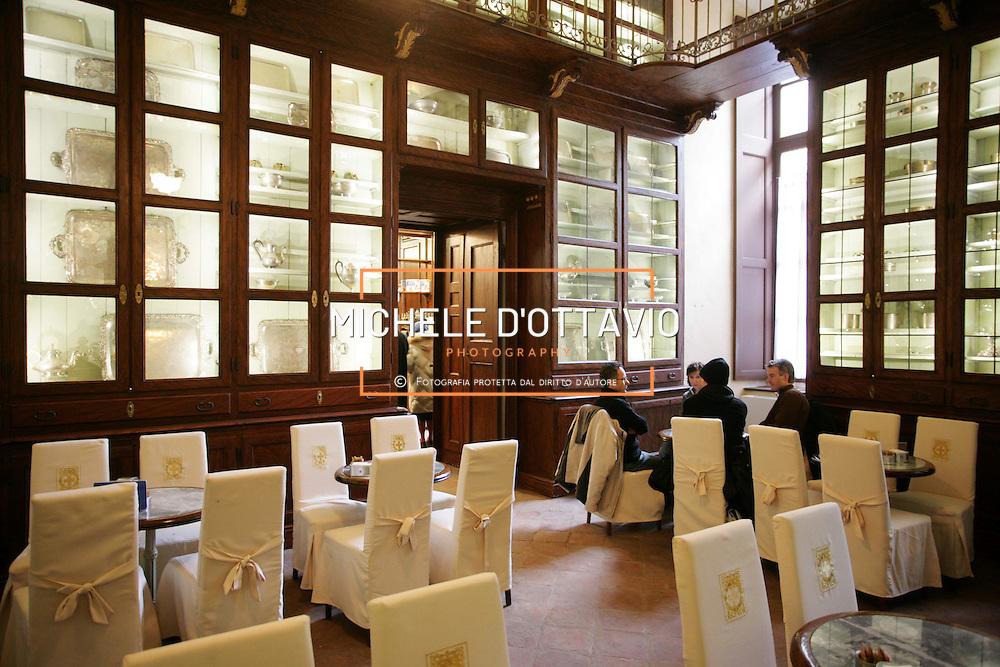 Torino Caffè Reale, la caffetteria di Palazzo Reale, nello spettacolare ambiente già adibito a servizio della Regia Frutteria..Turin Real Coffee the cafeteria of Real Palace.