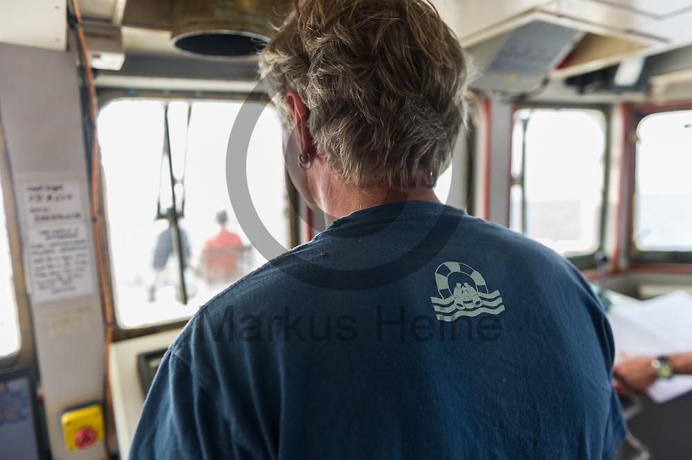 Der Bordarzt Frank Doerner steuert am 21.09.2016 das Fluechtlingsrettungsboot Sea-Watch 2 weg von der Kueste von Lampedusa, Italien. Foto: Markus Heine / heineimaging<br /> <br /> ------------------------------<br /> <br /> Veroeffentlichung nur mit Fotografennennung, sowie gegen Honorar und Belegexemplar.<br /> <br /> Publication only with photographers nomination and against payment and specimen copy.<br /> <br /> Bankverbindung:<br /> IBAN: DE65660908000004437497<br /> BIC CODE: GENODE61BBB<br /> Badische Beamten Bank Karlsruhe<br /> <br /> USt-IdNr: DE291853306<br /> <br /> Please note:<br /> All rights reserved! Don't publish without copyright!<br /> <br /> Stand: 09.2016<br /> <br /> ------------------------------