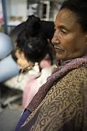 Una donna etiope si fa tatuare