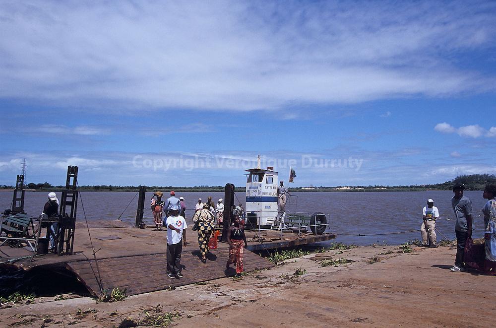 TRANSPORT PAR BAC, REGION DE MARRACUENE, MOZAMBIQUE