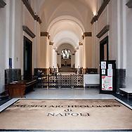 NAPOLI. L'ENTRATA DEL MUSEO ARCHEOLOGICO DI NAPOLI;