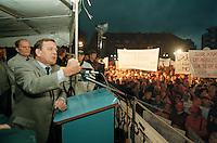 27 SEP 1995, NORDENHAM/GERMANY:<br /> Gerhard Schroeder, SPD, Ministerpraesident Niedersachsen, spricht vor Arbeitern, die aufgrund des sog.&quot;Dolores Planes&quot; um den Verlust ihrer Arbeitsplaetze in den DASA Werken bangen, Marktplatz Nordenham<br /> IMAGE: 19950927-01/06-29<br /> KEYWORDS: Gerhard Schr&ouml;der, Demo, Demonstrant, demonstrator, worker