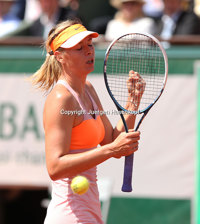 French Open 2014, Roland Garros,Paris,ITF Grand Slam Tennis Tournament,<br /> Maria Sharapova  (RUS) macht die Faust und jubelt,Ball fliegt an ihr vorbei, Einzelbild,Halbkoerper,Hochformat,