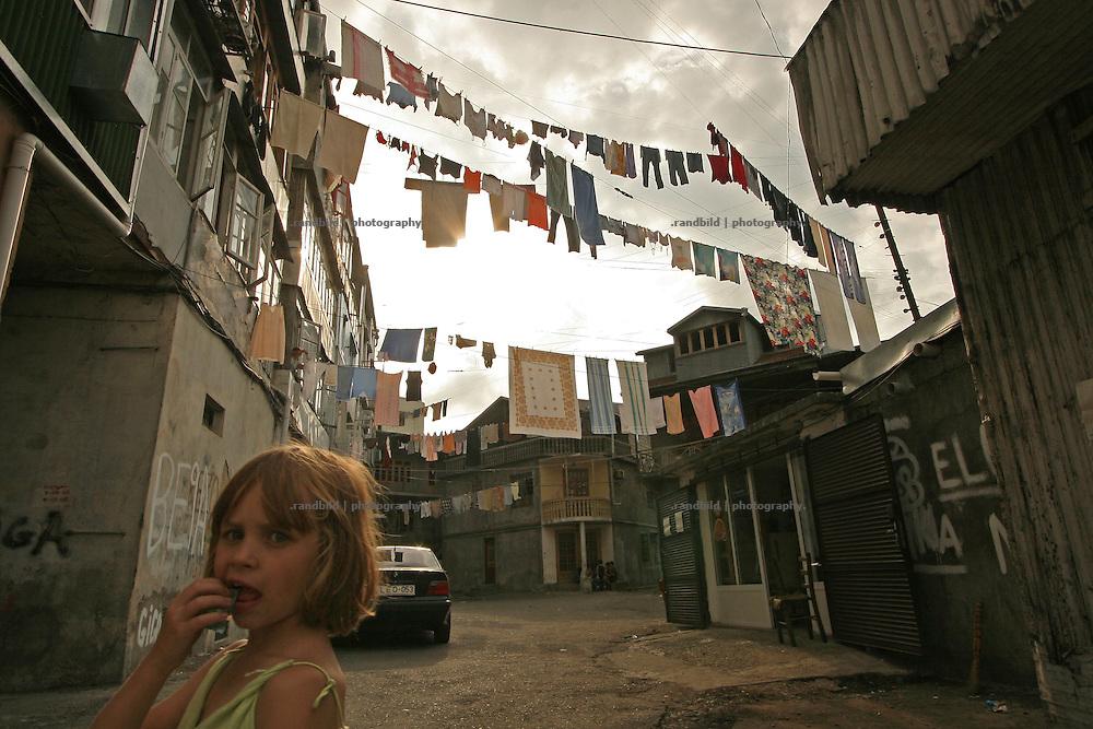 Wäscheleinen sind quer über einen Hinterhof in Batumi gespannt. Clotheslines are streched arcoss a courtyard in Batumi.